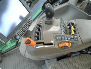 John Deere 6215R mfrontlift og front PTO